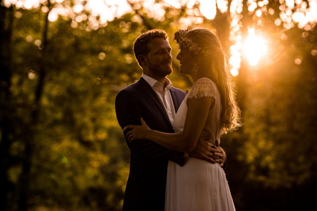 amoureux au coucher de soleil photo romantique